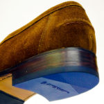Schuhrepartur mit blauen Absätzen